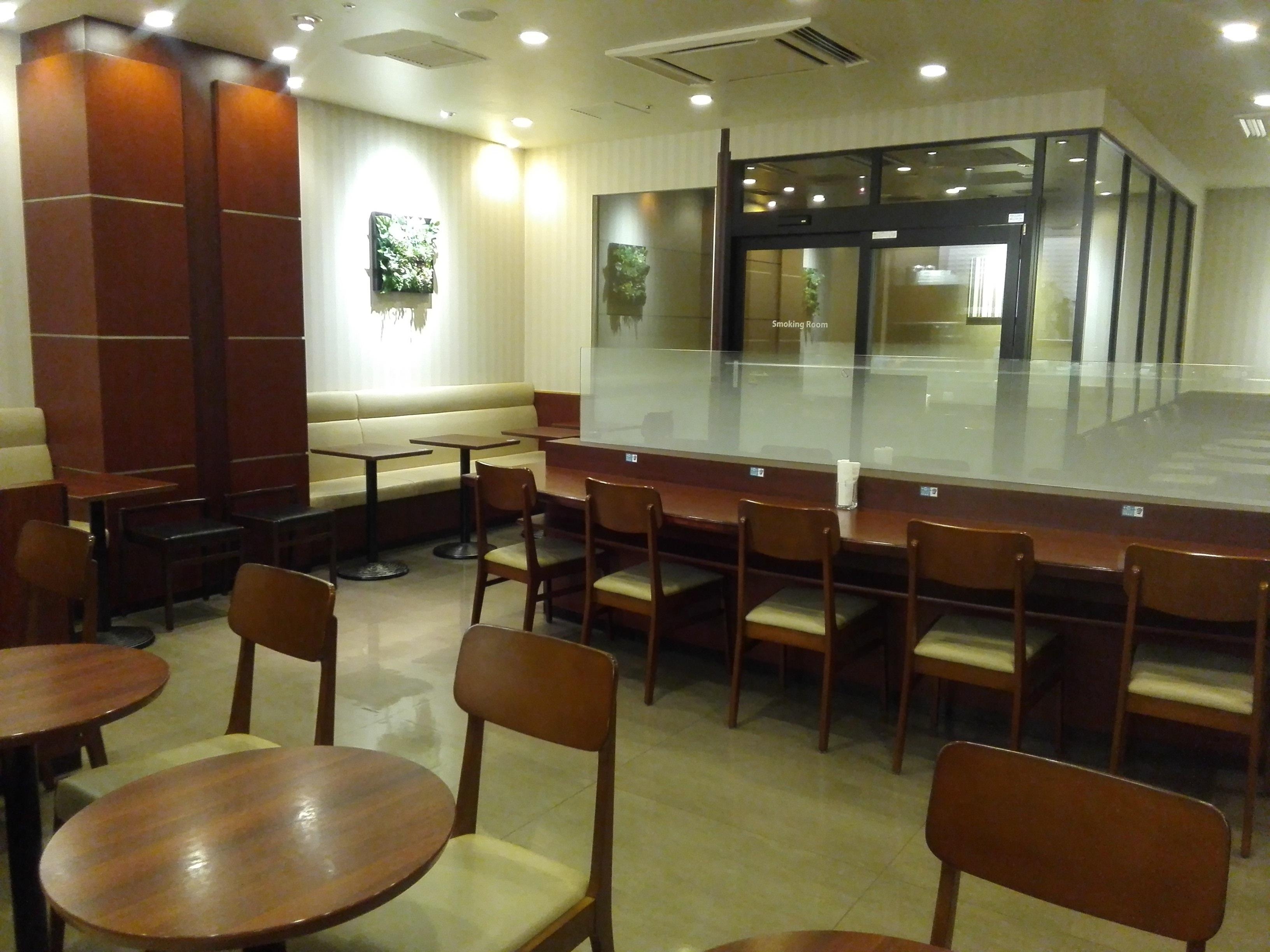ドトール・コーヒーショップ イオン東神奈川店手前から喫煙席の写真