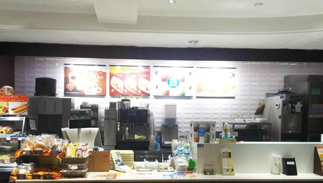 ドトール・コーヒーショップ 洋光台店のカウンターの白壁